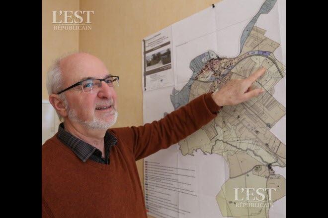 le-maire-d-emagny-joel-berger-montre-les-parcelles-classees-en-zone-a-et-en-zone-nd-sur-le-territoire-communal-ou-aura-lieu-une-enquete-publique-photo-arnaud-castagne-1490867389